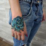 tatuaje rosa azul en la mano derecha