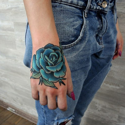 tatuajes de rosas azules en la mano