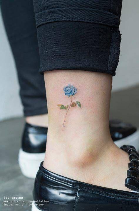 tatuajes de rosas azules pequeñas