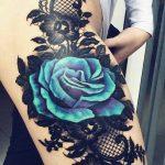 tatuaje azul en la pierna