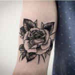 tatuaje de rosa en el antebrazo