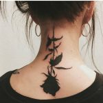 tatuaje de rosa negra al revés