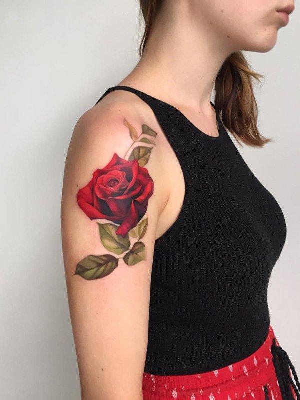 tatuaje en el hombro de rosa roja