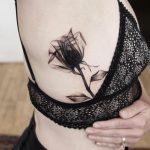 tattoo de rosa negra en el torso