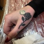 tatuaje de rosa negra pequeño