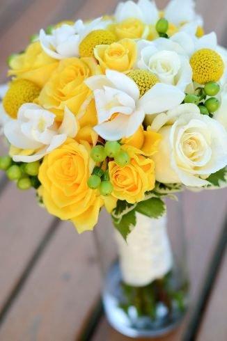 ramo de rosas blancas y amarillas